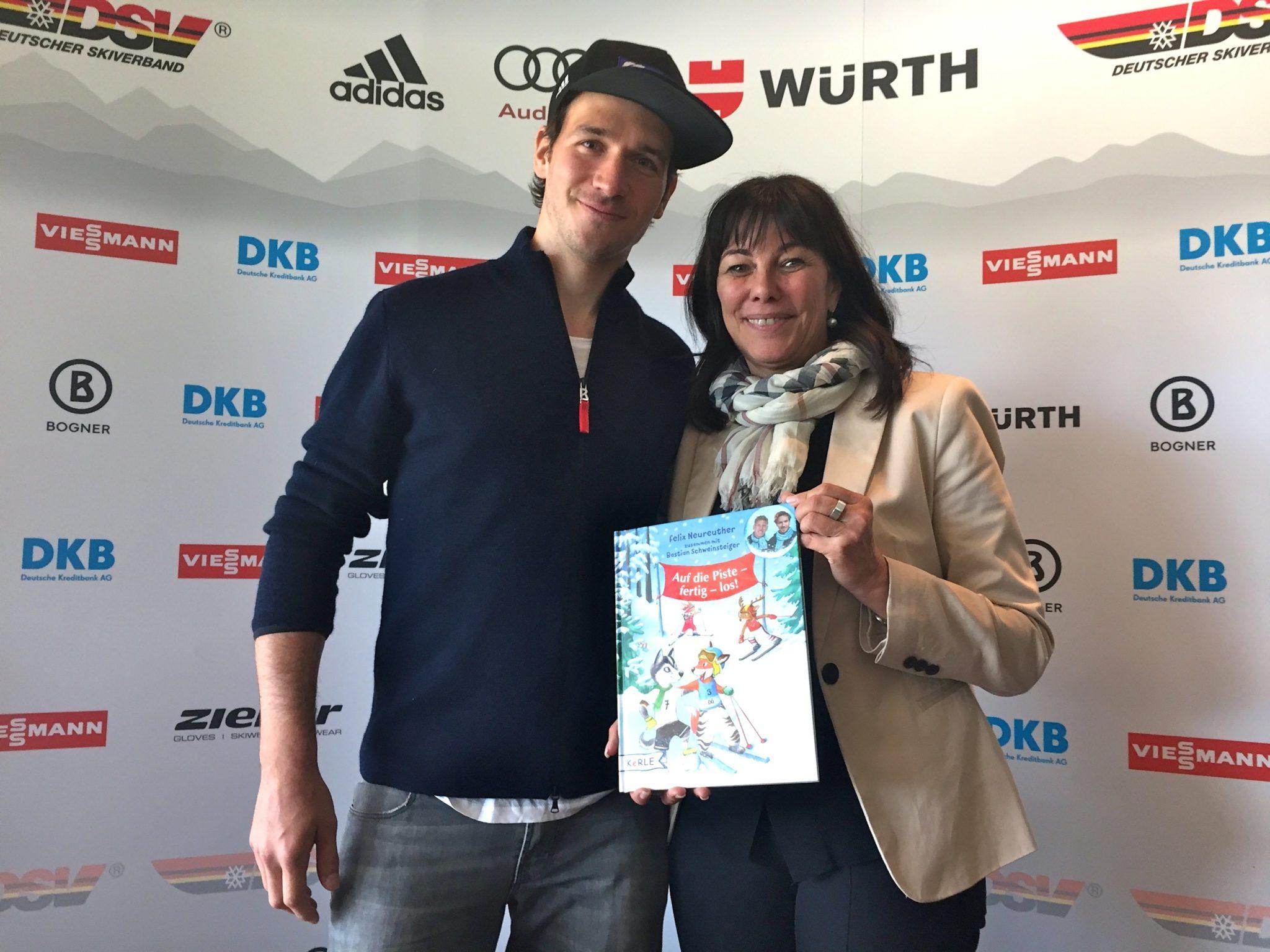 Felix Neureuther schenkt Martha Schultz sein erstes Kinderbuch